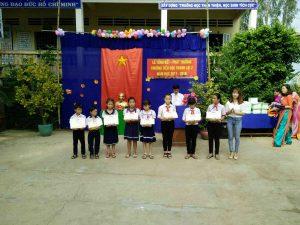 Bà Trần Thị Ngọc trao phần quà cho các em học sinh giỏi