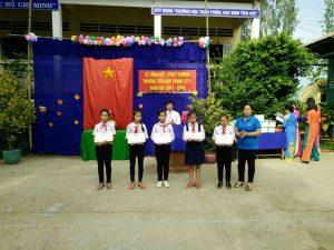 Bà Võ Thị Thông trao quà cho học sinh giỏi