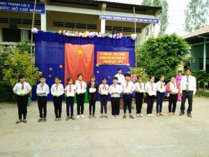 Thầy Nguyễn Ngọc Minh phát quà cho HS lớp 5