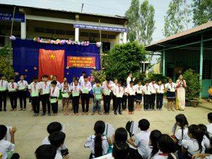 Cô Đõ Thị Thanh Kim Hồng trao giấy chứng nhận hoàn thành chương trình tiểu học cho học sinh lớp 5